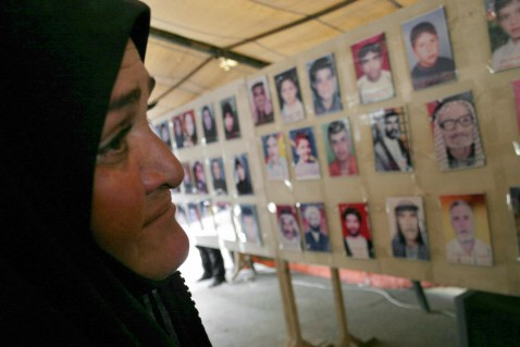 Karbala, IRAQ: An Iraqi displaced woman from the restive province of Diyala attends 25 April 2007, a photo exhibition organized by the province's displaced residents in the holy city of Karbala, central Iraq, for the victims of violence who were killed in