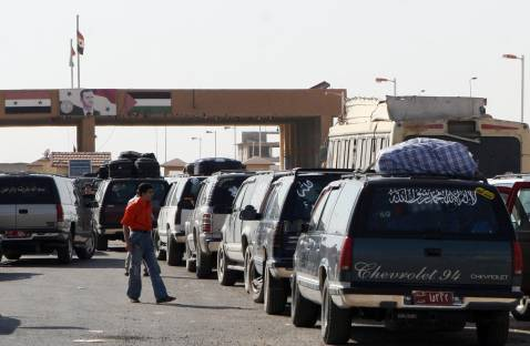 Iraqi refugees queue in their cars at the Al-Tanaf border crossing with Iraq, northeast of Damascus, 20 September 2007.