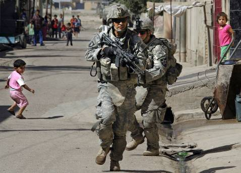 US Army soldiers of Alpha Company of 1/38 Infantry Regiment run along a street during a mopping-up operation to search and secure the area in Baquba, some 50 kms north-east of Baghdad, 27 September 2007.