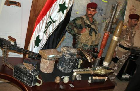 Iraqi soldiers display seized weapons in Karbala, 22 October 2007.
