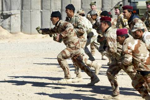 British and Iraqi army soldiers train at al-Shuaiba military base in the southern city of Basra, 27 November 2007.